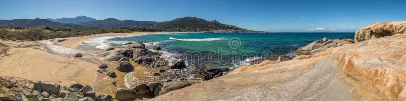 Панорамный взгляд пляжа и деревни Algajola в Корсике стоковое фото rf
