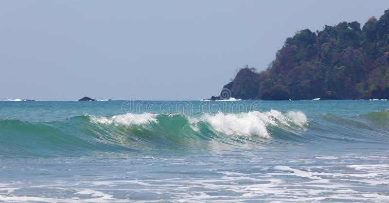 Панорамный взгляд пляжа национального парка Манюэля Антонио в Коста-Рика, большинств красивых пляжах в мире, серфер приставает к  стоковые фото