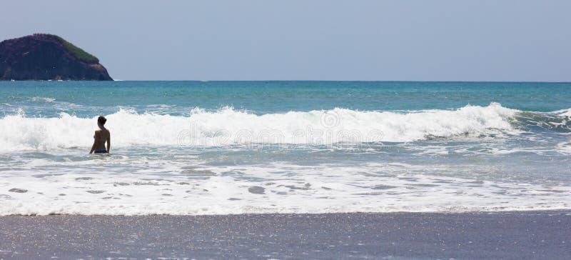 Панорамный взгляд пляжа национального парка Манюэля Антонио в Коста-Рика, большинств красивых пляжах в мире, серфер приставает к  стоковое изображение rf