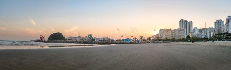 Панорамный взгляд пляжа Сантоса, города и острова на заходе солнца - Сантоса Urubuquecaba, Сан-Паулу, Бразилии стоковые изображения
