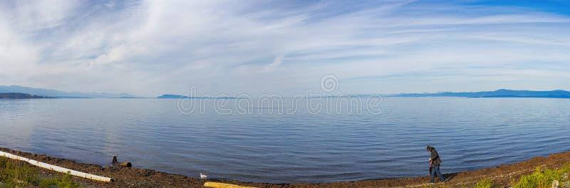 Панорамный взгляд пляжа qualicum в острове ванкувер, ДО РОЖДЕСТВА ХРИСТОВА, Канада стоковое изображение
