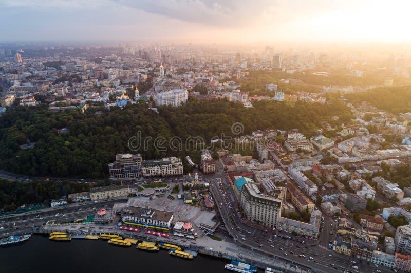 Панорамный взгляд современного города на заходе солнца Почтовый квадрат, район Podol, центр города Киева, Украины вид с воздуха стоковые изображения