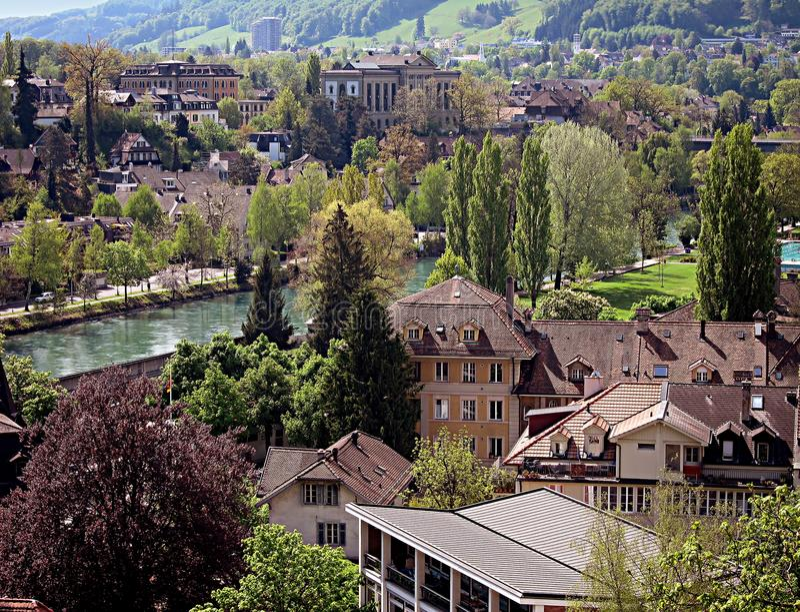 Панорамный взгляд старого городка Bern и реки Aare, Switz стоковая фотография