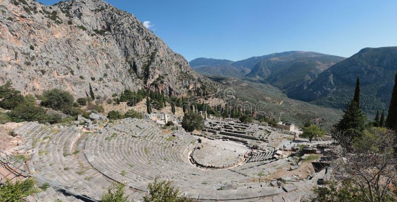Панорамный взгляд старого театра в Дэлфи, Греции в летнем дне стоковая фотография rf