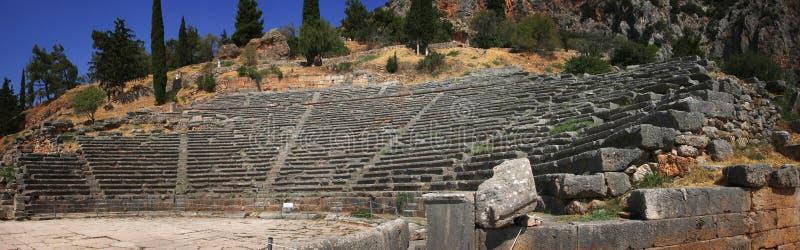Панорамный взгляд старого театра в известных археологических раскопках Дэлфи в Греции стоковое фото rf