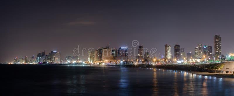 Панорамный взгляд Тель-Авив, города и залива на ноче Взгляд от прогулки старого города Yafo, Израиля стоковые изображения