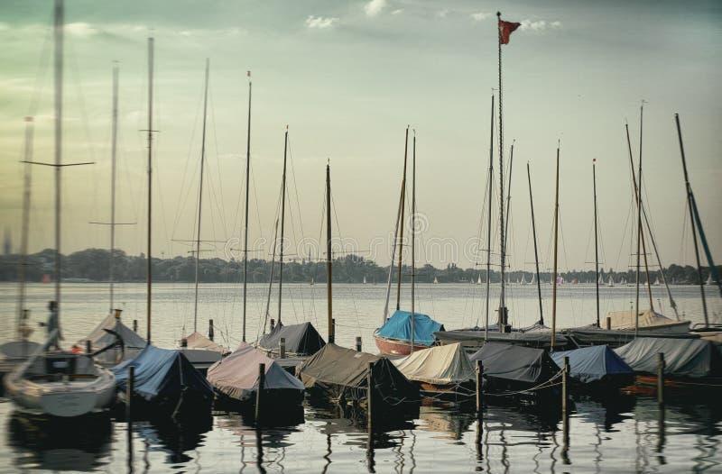 Панорамный взгляд яхты плавания Binnenalster резвится стоковое фото
