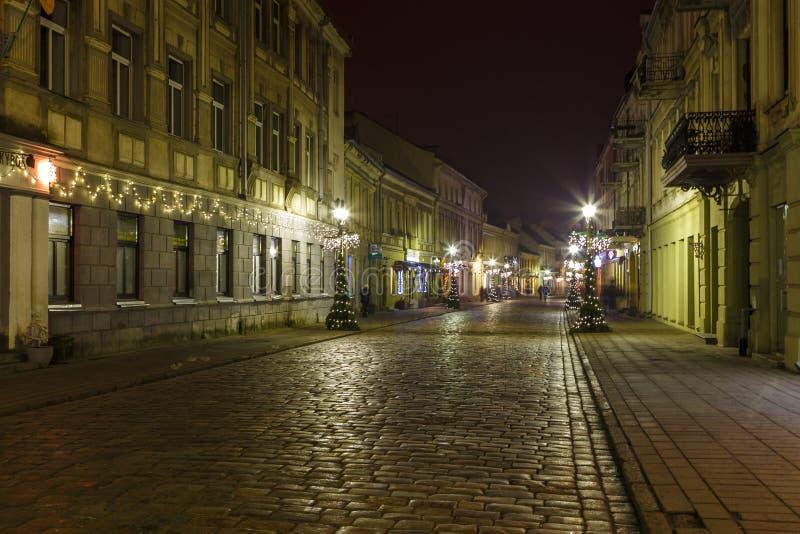 Панорамный взгляд aleja Laisves, главной пешеходной улицы в городке Каунаса старом стоковая фотография rf