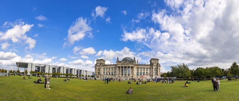 Панорамный взгляд der Republik Platz в Берлине, Германии Reichst стоковые изображения rf