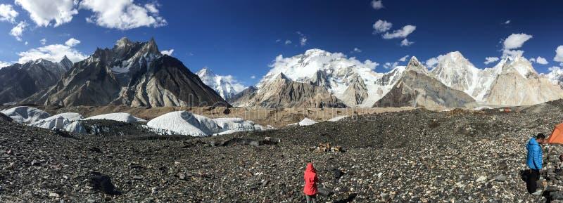 Панорамный взгляд K2 и обширного пика на месте для лагеря Concordia стоковое фото