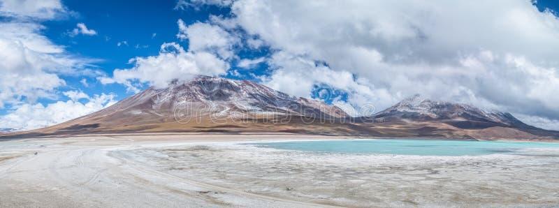 Панорамный взгляд лагуны зеленого цвета Laguna Verde и вулкана Licancabur в altiplano Bolivean - отделе Potosi, Боливии стоковое фото