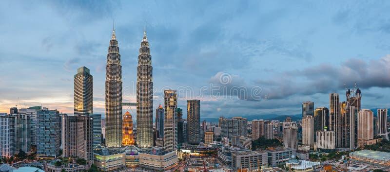 Панорамный взгляд Башен Близнецы Petronas, Куала-Лумпур перед синью стоковое изображение