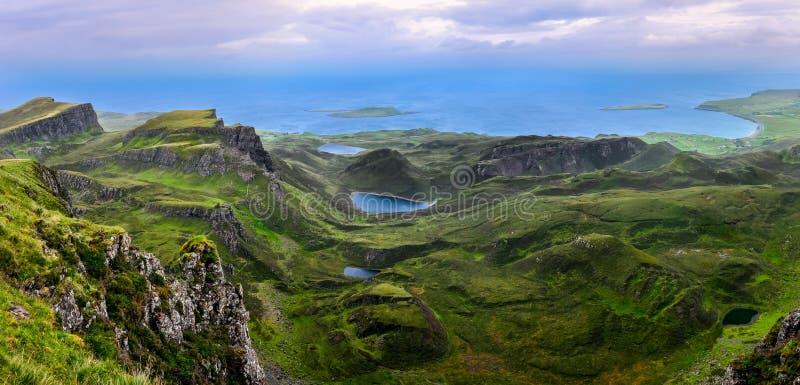 Download Панорамный взгляд береговой линии Quiraing в шотландских гористых местностях Стоковое Изображение - изображение насчитывающей гора, bristols: 33733493