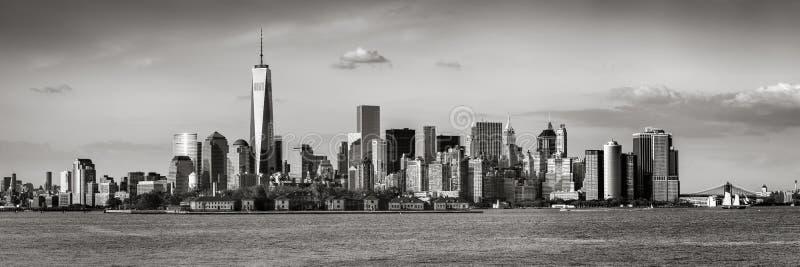Панорамный взгляд более низких небоскребов черноты & белизны Манхаттана и Нью-Йорка стоковые фото