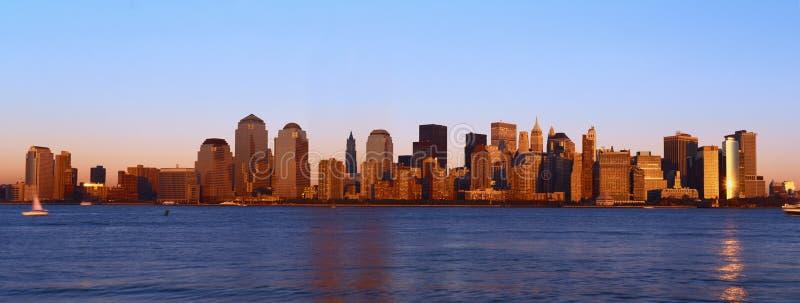 Панорамный взгляд более низкого горизонта Манхаттана и Гудзона, Нью-Йорка на заходе солнца стоковые изображения