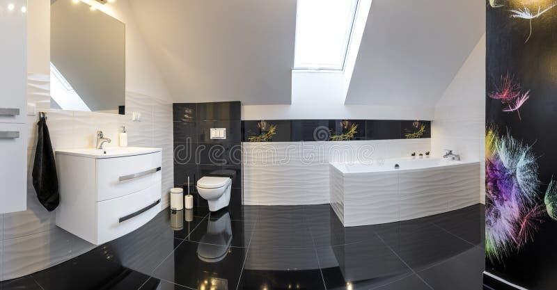 Панорамный взгляд ванной комнаты современного дизайна удобной стоковое фото rf