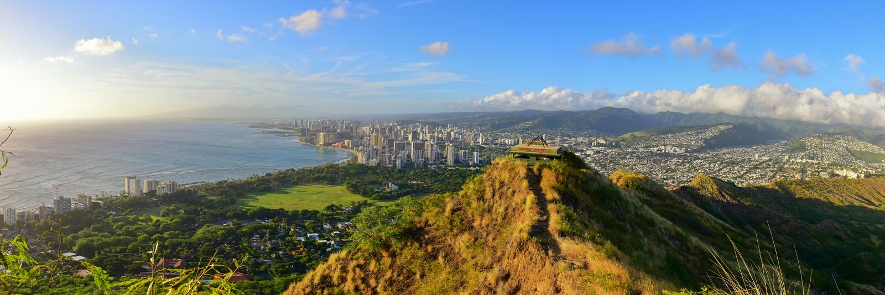 Панорамный взгляд Гонолулу и Waikiki приставают зону к берегу от саммита вулкана головы диаманта стоковое изображение