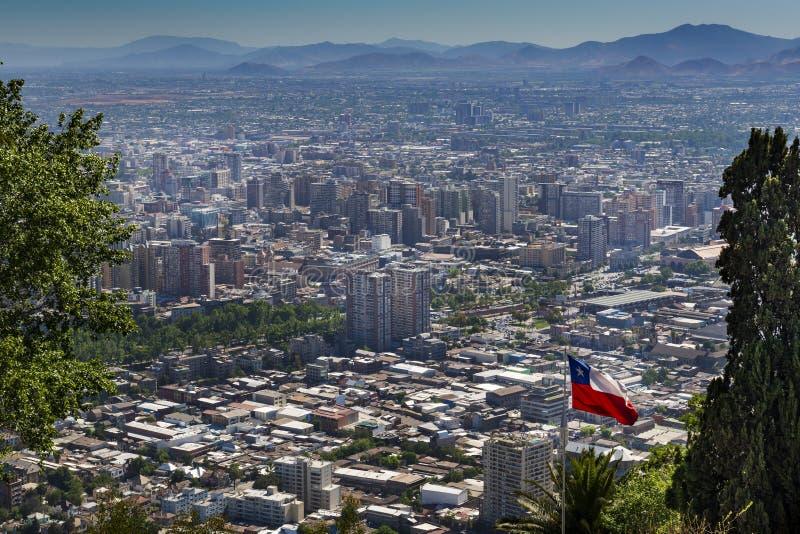 Панорамный взгляд города Сантьяго de Чили от холма Cerroo San Cristobal San Cristobal в Чили стоковое фото rf