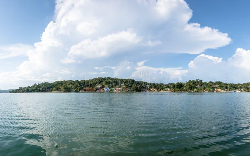 Панорамный взгляд города Flores и озера - Flores, Peten, Гватемалы стоковая фотография