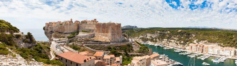 Панорамный взгляд городка Bonifacio старого построенного na górze скалы трясет стоковые изображения rf