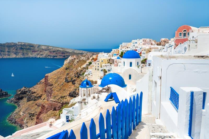 Панорамный взгляд городка Oia, острова Santorini, Греции стоковые изображения
