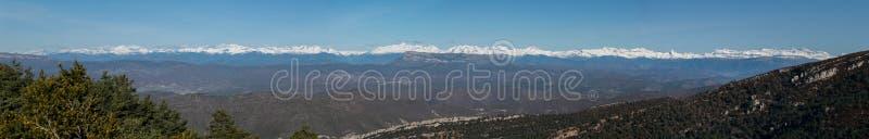 Панорамный взгляд гор Пиренеи стоковые изображения rf