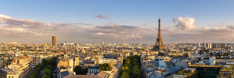 Панорамный взгляд лета крыш Парижа на заходе солнца с Эйфелева башней стоковое изображение