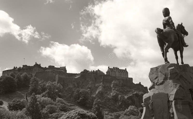 Панорамный взгляд замка Эдинбурга и королевских monumen серых цветов Скотта стоковое изображение rf