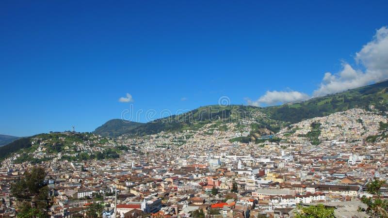 Панорамный взгляд исторического центра города Кито Исторический центр был объявлен ЮНЕСКО первое культурное наследие стоковая фотография rf