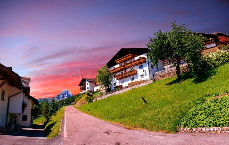 Панорамный взгляд идилличного ландшафта лета в Альпах стоковые изображения