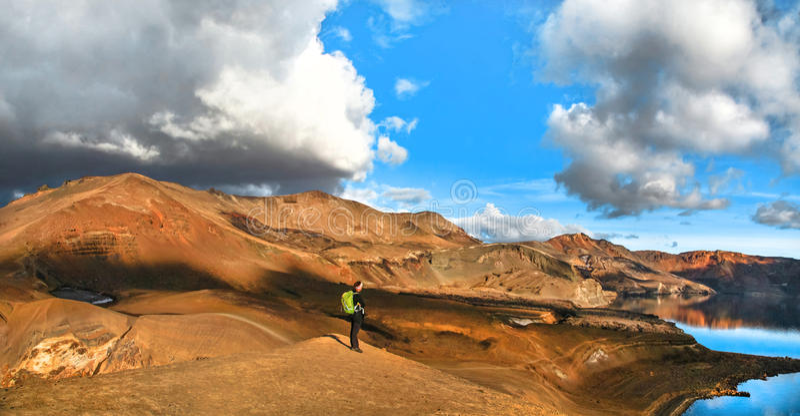 Панорамный взгляд красивого геотермического ландшафта при женщина стоя на горе верхней около озера кратера Askja, южной Исландии стоковые изображения