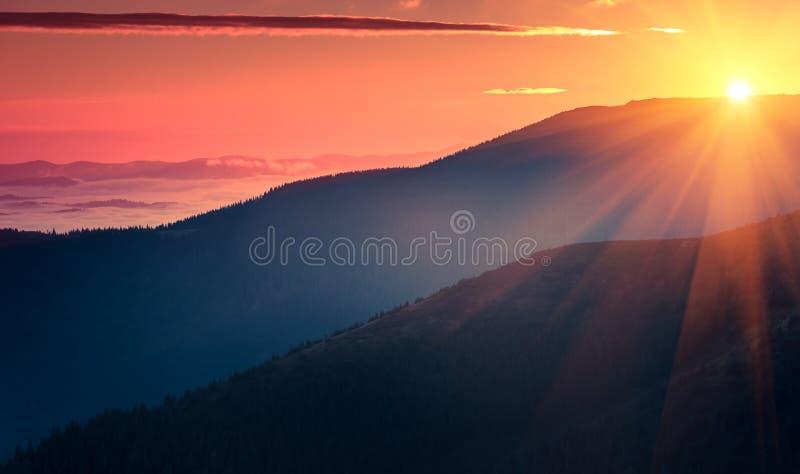 Панорамный взгляд красочного восхода солнца в горах стоковые изображения rf
