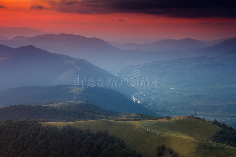 Панорамный взгляд красочного захода солнца в горах драматическое небо overcast стоковые изображения rf