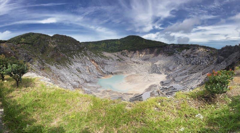 Панорамный взгляд кратера Tangkuban Perahu, показывающ красивый и огромный кратер горы стоковое изображение