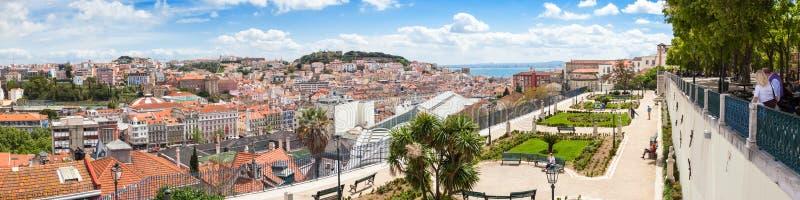 Панорамный взгляд крыши Лиссабона от Sao Педра de Alcantara соперничает стоковое фото rf