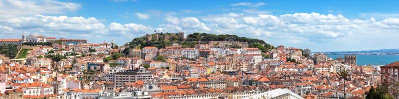 Панорамный взгляд Лиссабона от точки зрения Sao Педра de Alcantara - стоковые фото