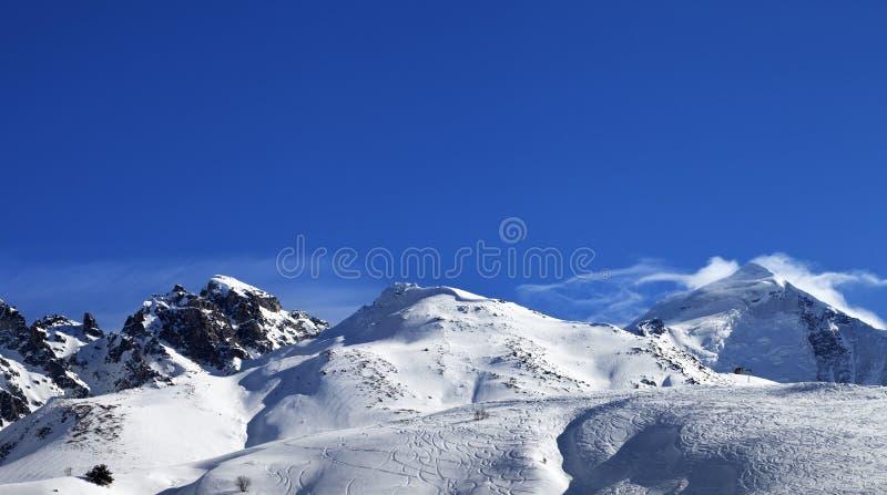 Панорамный взгляд на держателе Tetnuldi и -piste склоняют с следом стоковое изображение rf