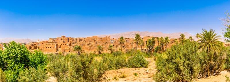 Панорамный взгляд на зданиях старого Kasbah в оазисе Tinghir Tinerhir - Марокко стоковая фотография rf