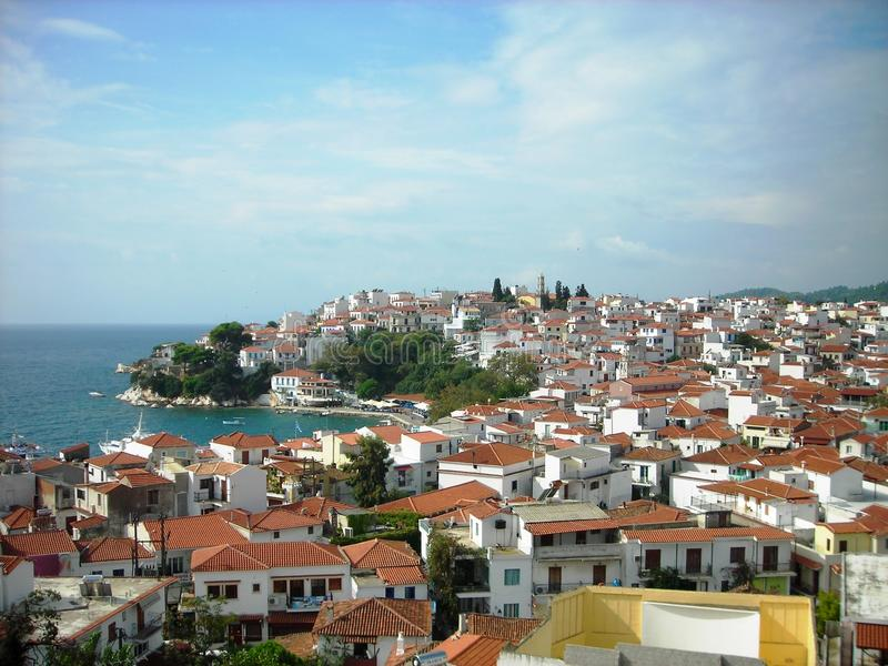 Панорамный взгляд на крышах Skiathos, Греции стоковые изображения