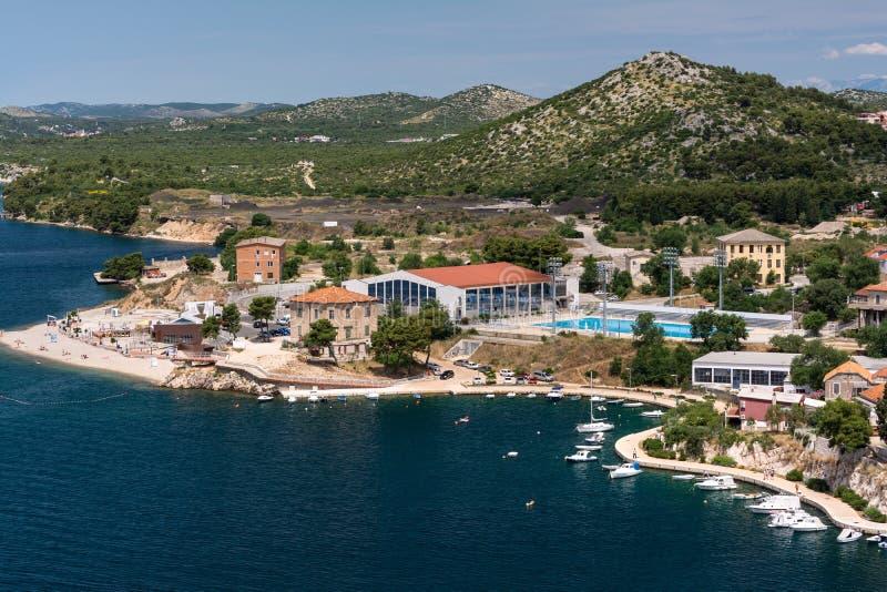 Панорамный взгляд на среднеземноморском городке Sibenik, Хорватии от вершины mountin стоковое изображение