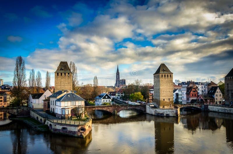 Панорамный взгляд на Ponts Couverts и соборе в страсбурге стоковая фотография
