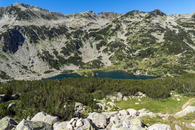 Панорамный взгляд озера рыб Banderitsa, горы Pirin стоковые фотографии rf
