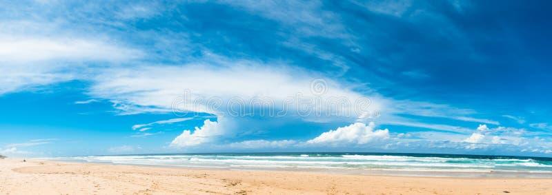 Панорамный взгляд океана и пляжа в солнечном дне в Gold Coast, Австралии стоковые фотографии rf