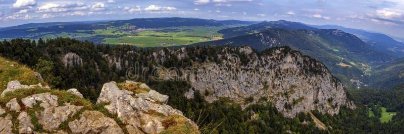 Панорамный взгляд от cirque Creux-du-Van или Creux du Van скалистого, кантона Невшатела, Швейцарии стоковое изображение rf