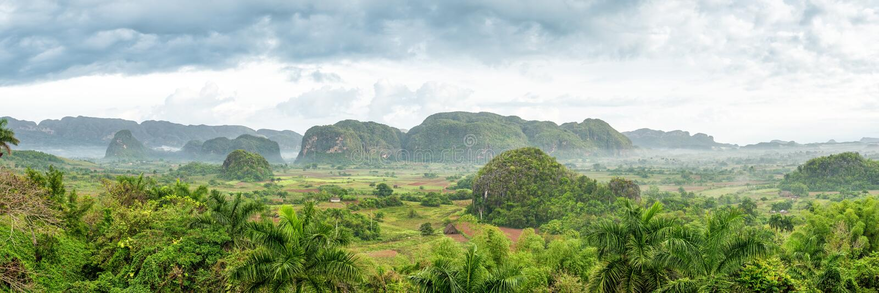 Панорамный взгляд долины Vinales в Кубе стоковые изображения rf