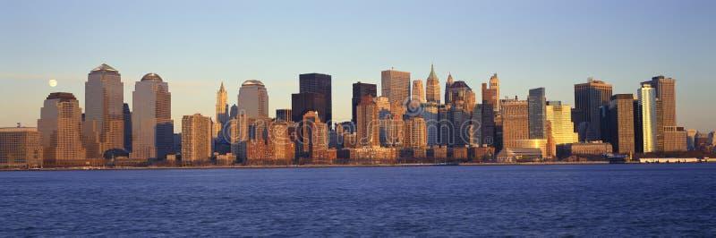 Панорамный взгляд полнолуния поднимая над более низким горизонтом Манхаттана, NY где башни мировой торговли были обнаружены место стоковое фото