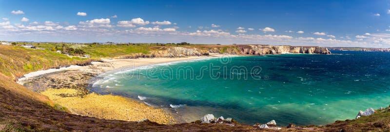 Панорамный взгляд пляжа Anse de Ручка-Шляпы на Presqu'ile de Cro стоковое изображение