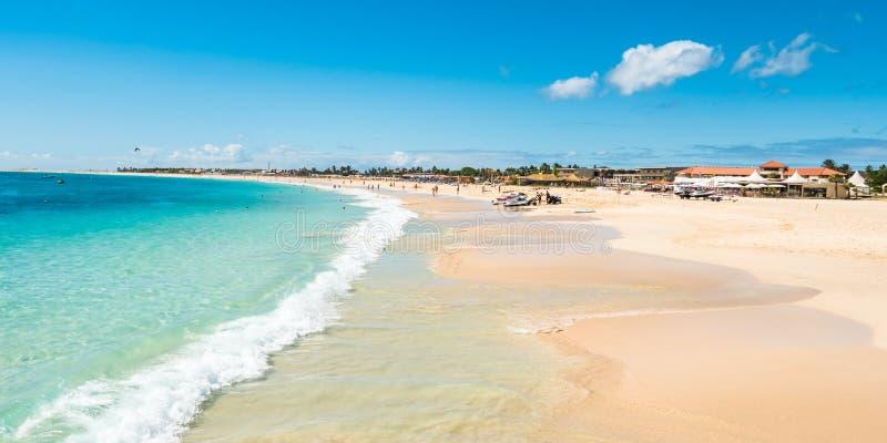 Панорамный взгляд пляжа Santa Maria в соли Кабо-Верде - Cabo Ver стоковая фотография rf
