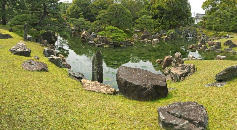 Панорамный взгляд сада Ninomaru с орнаментальными камнями в Ла стоковое фото
