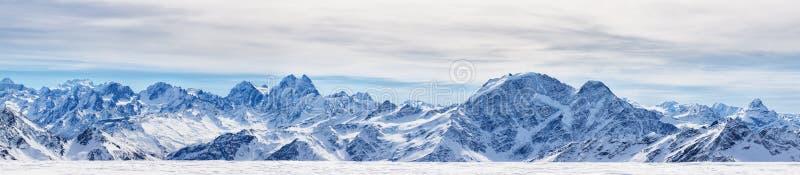 Панорамный взгляд северных гор Кавказа стоковое изображение rf